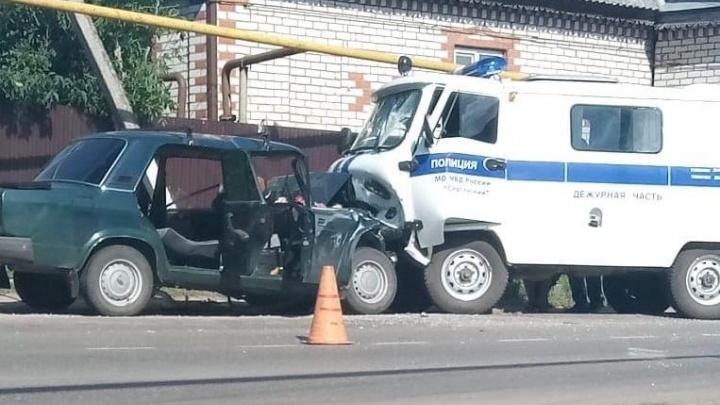 В Сергаче водитель ВАЗа врезался в полицейскую «буханку» и погиб