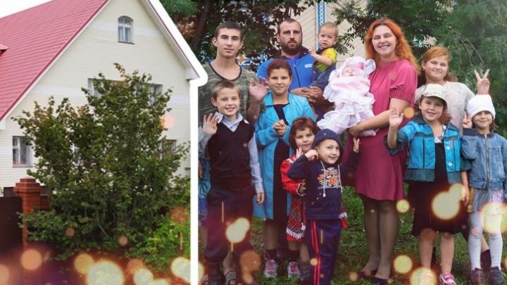 Три этажа, бассейн и баня: семье с 12 детьми, которая ютилась в полутора комнатах, купили дом