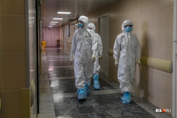 Врачи инфекционной больницы во время обхода