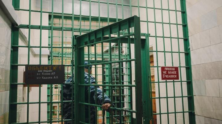 Тюменца отправили в ИВС за отказ выйти из машины. У него оказалось 39 неоплаченных штрафов