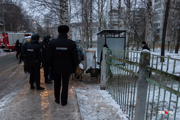 Учеников эвакуировали днем после анонимных угроз о взрыве