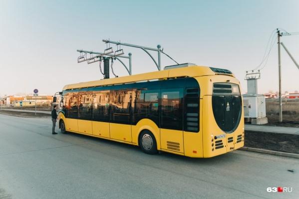 Электробус заряжается на конечных остановках маршрута