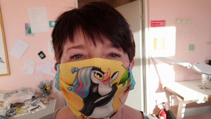 На Урале инвалиды стали шить веселые многоразовые маски, потому что не смогли найти их в аптеках