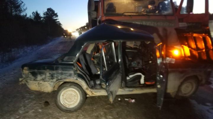 Водитель погиб на месте, пассажиров отправили в больницу: под Екатеринбургом КАМАЗ протаранил легковушку