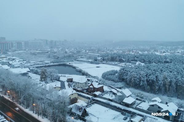 Снег идет, не переставая, уже несколько часов