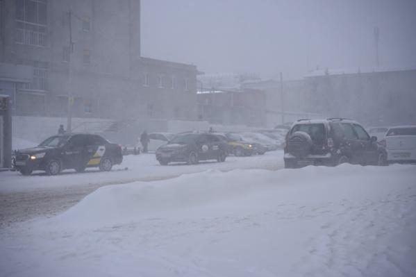 Из-за непогоды в очередной раз закрыли дороги, связывающие Омск с соседним государством