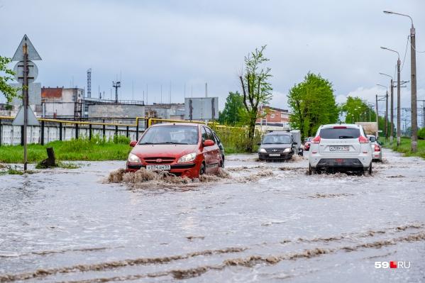 Автомагистраль рядом с заводом КАМТЭКС затопило настолько, что машины там почти плавают