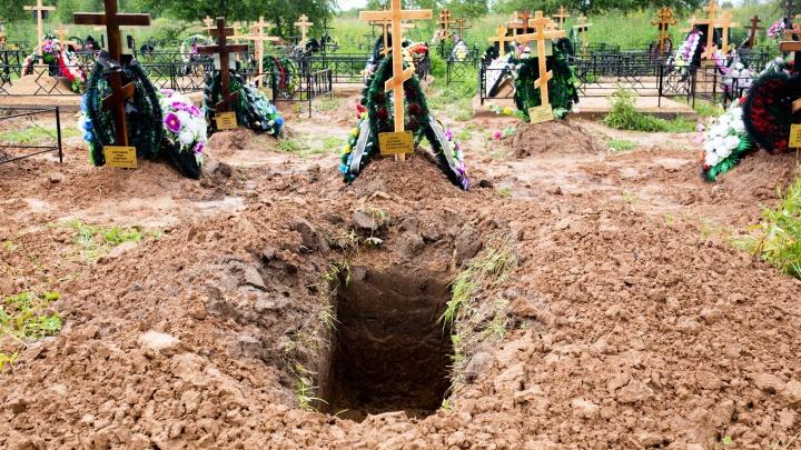 Хоронят только в закрытых гробах: как проходит погребение умерших от коронавируса