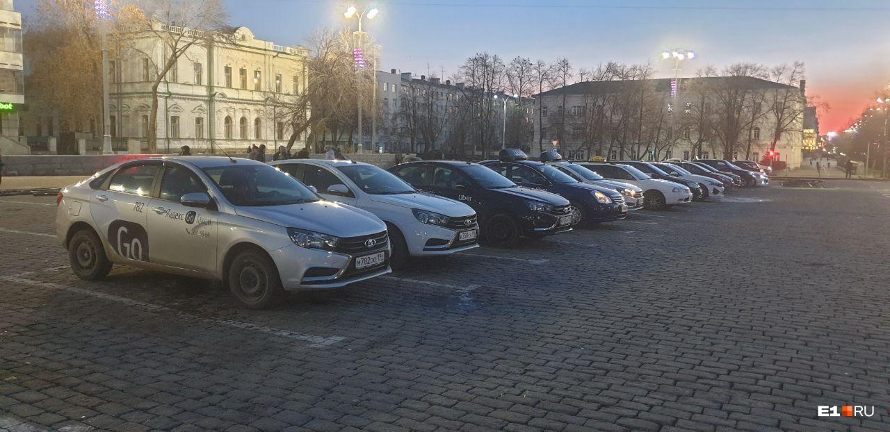 Утром в пятницу водители такси приехали к мэрии