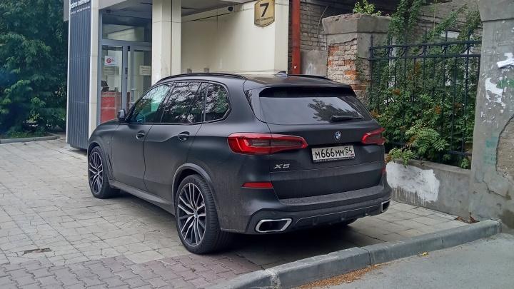 Гении парковки. BMW 666 и «Порше Кайен» 999 — смотрим, что опять выделывают владельцы крутых джипов