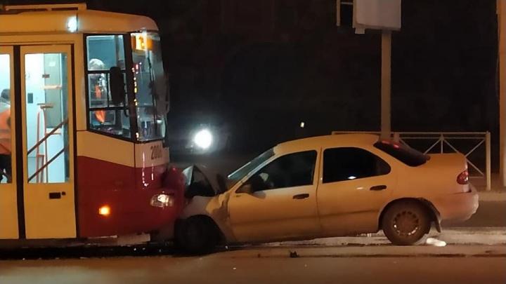 В Кировском районе столкнулись трамвай и автомобиль: в аварии пострадали два человека