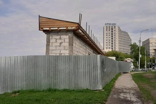 По документам эта земля не принадлежит городу — она государственная, так что строить на ней можно только временные сооружения. Вот только выглядит это сооружение совсем как капитальное
