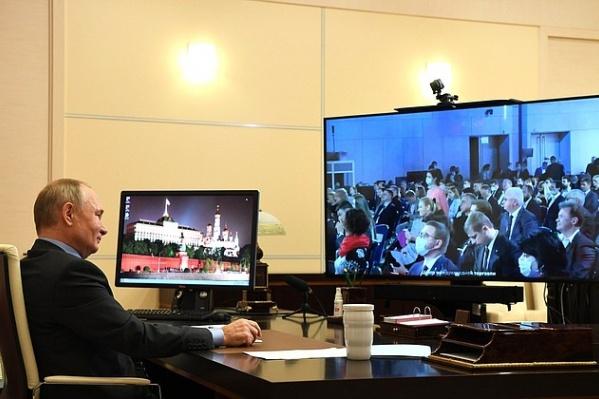 Президент уже традиционно пообщался с участниками форума по видеосвязи