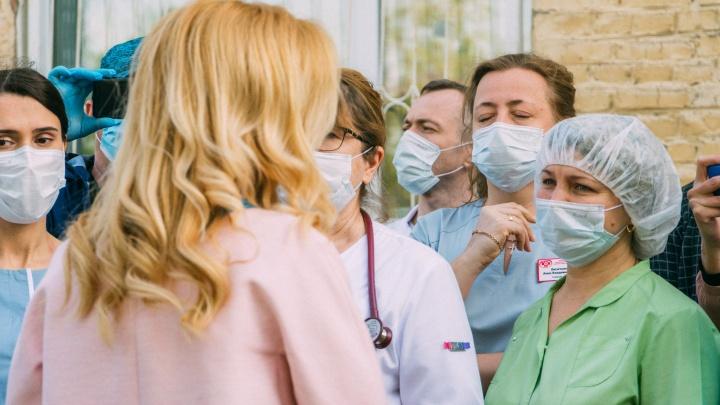 Глава Минздрава заявила, что омские медики получили стимулирующие выплаты на сумму 369 миллионов