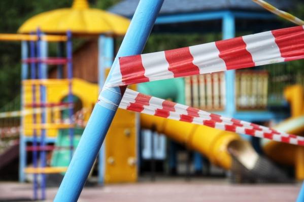 Качели и горки на детской площадке оказались опасными для детей