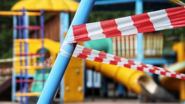В челябинском парке закрыли для посетителей опасные детские горки и качели