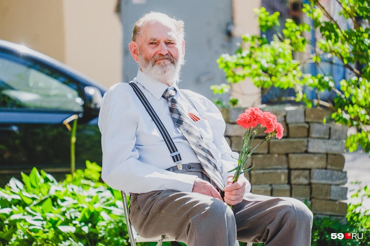Виктору Андреевичу вручили цветы
