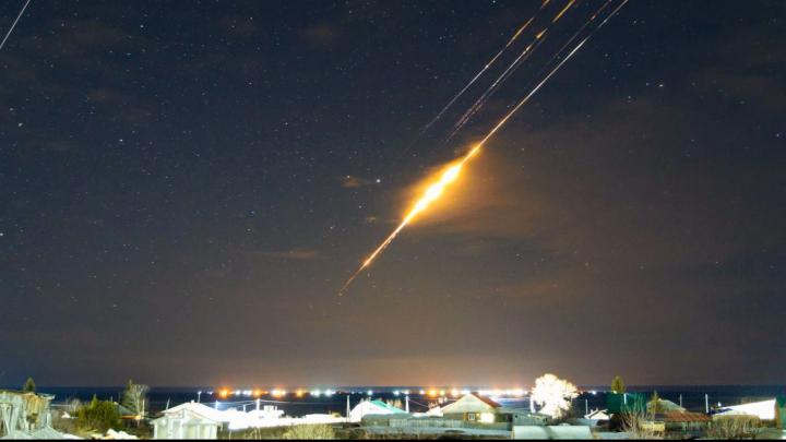 Словно кадры из «Интерстеллар»: уральский фотограф впервые снял, как в атмосфере сгорает ступень ракеты