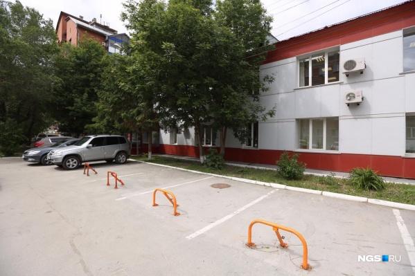 Новосибирские блогеры выступили против заблокированных парковочных мест возле здания МУП «Энергия»