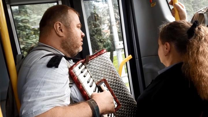 Предпочитает мелодии 20-го века: в автобусах Архангельска для пассажиров играет аккордеонист