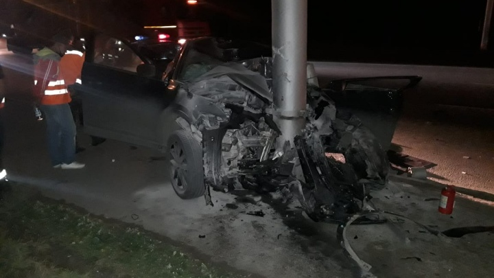 В Ленинском районе Mazda врезалась в столб — девушку зажало за рулём