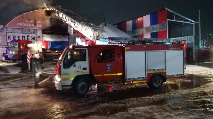 К тушению привлекли пожарный поезд: в Кургане на улице Омской произошел крупный пожар