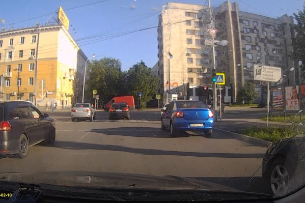 Фургон вылетел на перекресток на красный