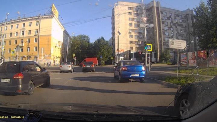 Появилось видео страшного ДТП на перекрестке Малышева — Мамина-Сибиряка, где FIAT въехал в пешеходов
