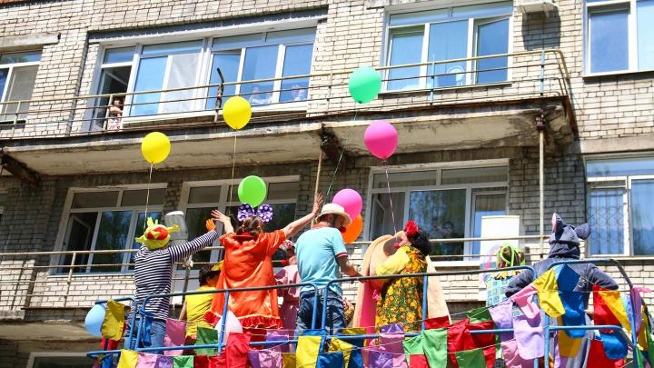 Шары и клоуны на высоте: как в Самаре юных пациентов больницы поздравили с Днем защиты детей