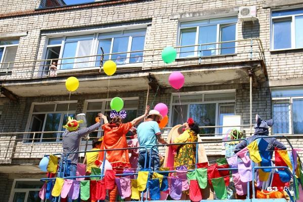 Клоуны поднялись поближе к детям