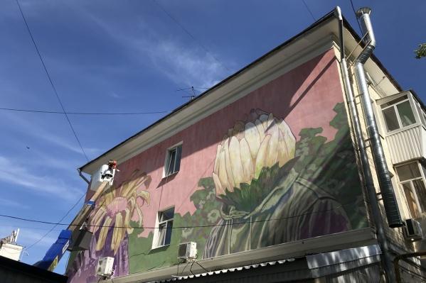 Это первый готовый мурал, который нарисовали на стене домапо адресу: Ленинградская, 63