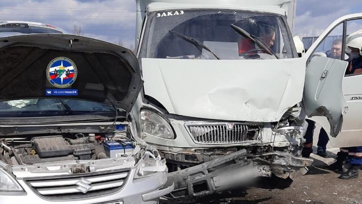 Недалеко от Академгородка «Сузуки» въехал в грузовик: пострадали трое