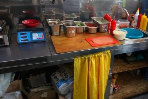 В павильонах продавали шаурму и хот-доги