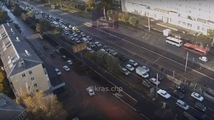 Объезжавший пробку по рельсам водитель попытался вклиниться в ряд и устроил ДТП