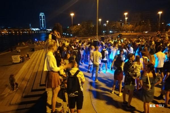 Толпа подростков танцевала прямо под окнами правительства