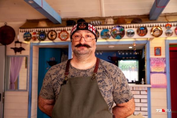 Заза Георгиевич когда-то работал в сфере строительства. Но случилось так, что он променял возведение домов на приготовление вкусной еды. И стал по-настоящему счастлив