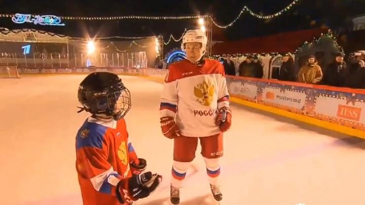 Владимир Путин покатался на коньках с девятилетним мальчиком из Челябинска