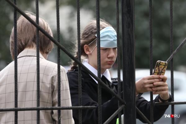 Несмотря на то что дети уже пошли в школу, ограничения по коронавирусу в Челябинске сохраняются