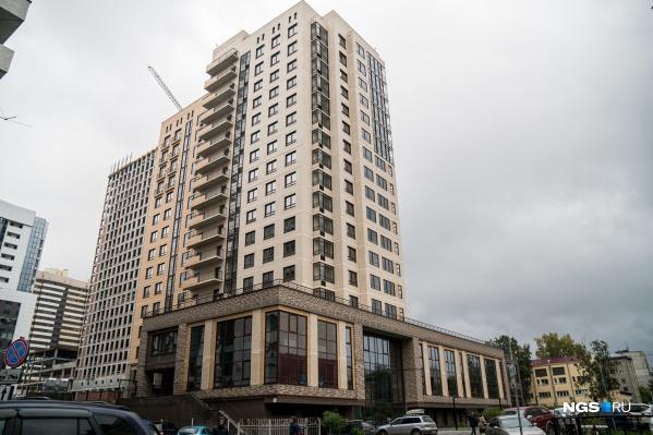 У дома коммерческая пристройка с отдельным лифтом, а квартиры начинаются только с 3-го этажа