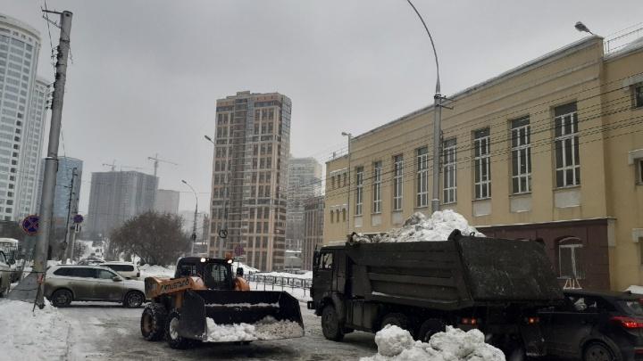 Чтобы центр не поплыл: как сгребают снег на Серебренниковской, где весной разливается огромная лужа