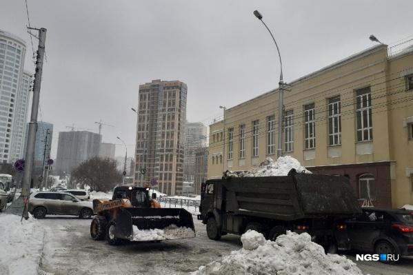 Мэрия продемонстрировала уборку снега в центре, на улице Серебренниковской