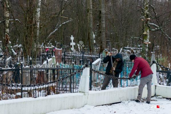Тела пациентов, погибших от COVID-19, привозят на кладбище, не открывая гроб, — несмотря на разъяснения Роспотребнадзора, такое правило все еще негласно работает