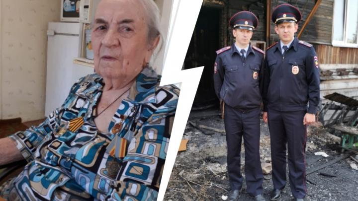 Полицейские на руках вынесли пенсионерку из горящего дома