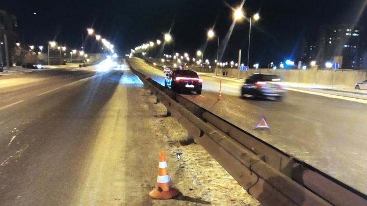 На Монтажников иномарка сбила двух пешеходов, переходивших дорогу на зеленый свет