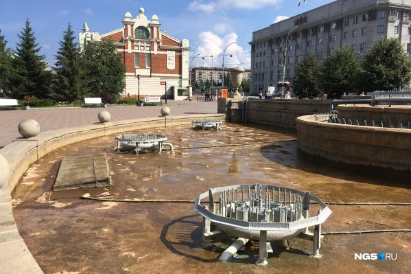 Непривычно пустой фонтан в Первомайском сквере — раньше здесь в день Ивана Купалы разворачивались настоящие водные баталии