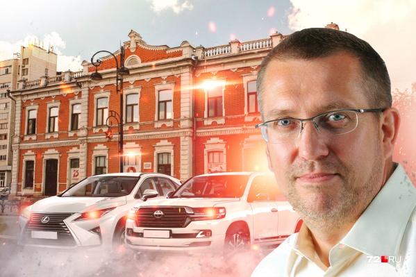 Несколько легковых иномарок, пара грузовых и прицепы — всё это принадлежит новому депутату облдумы Юрию Баранчуку