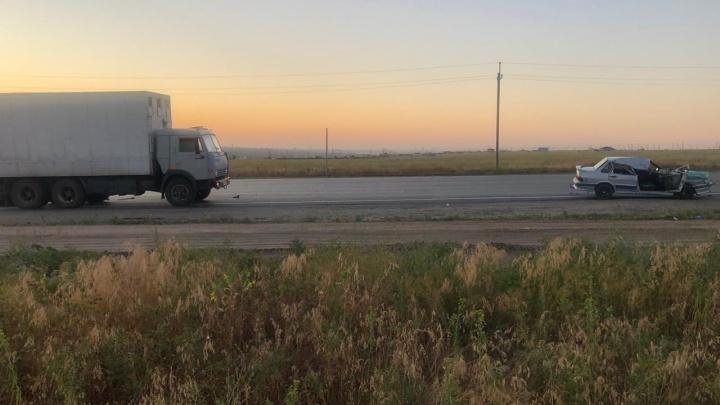 Стоят КАМАЗ и легковушка без крыши: на Третьей Продольной «Лада» влетела под грузовик