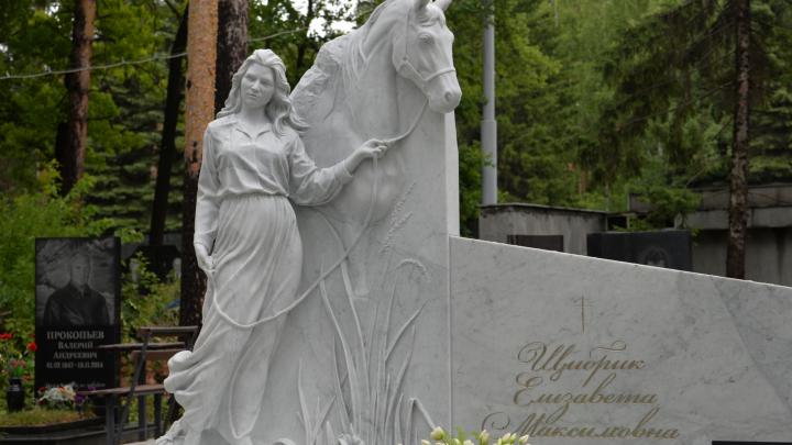 «Это произведение искусства»: на могиле погибшей в ДТП дочери вице-президента РМК установили роскошный памятник