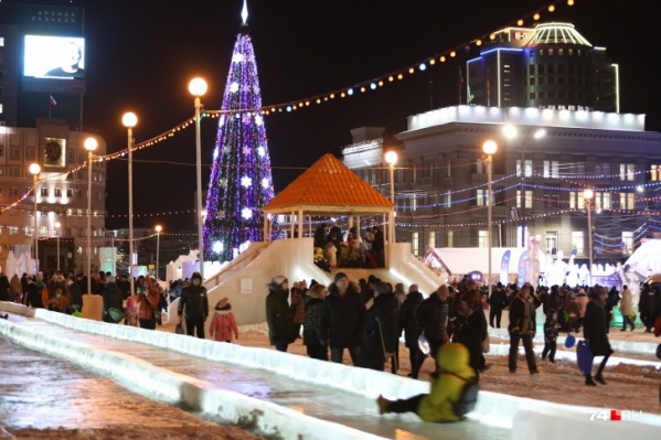 Широких новогодних гуляний в ледовом городке, судя по всему, в этом году не будет, но и закрывать его не планируют
