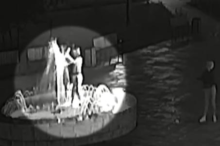 Подростки собрались у фонтана и вылили в него пенящуюся жидкость